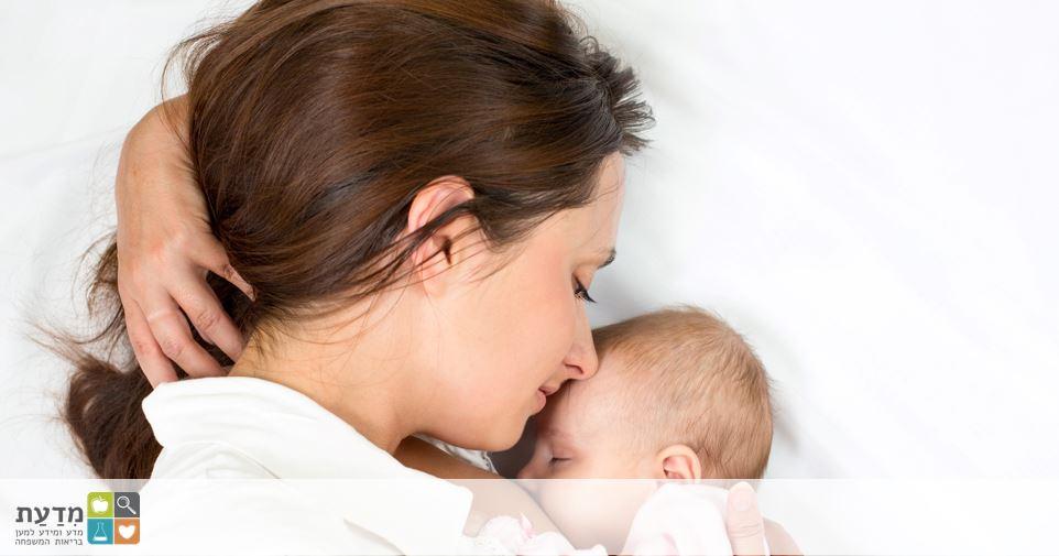 תמונה של אם ותינוק יונק..במדינה מערבית, בה המים נקיים וקיימים תחליפי חלב, מומלץ לאם נשאית HIV להימנע מהנקה