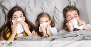 משפחה במיטה, עם טישו. שפעת נראית הרבה יותר גרוע. חיסון חד פעמי לשפעת ימנע את הצורך להתחסן כל שנה מחדש