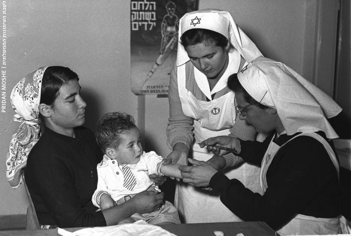 ילד מקבל חיסון בטיפת חלב בבני ברק - 1957