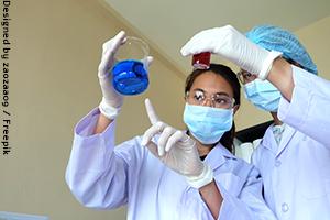 מדעניות עובדות על פיתוח תרופה
