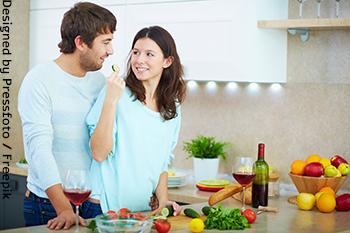 זוג צעיר מבשל ארוחה