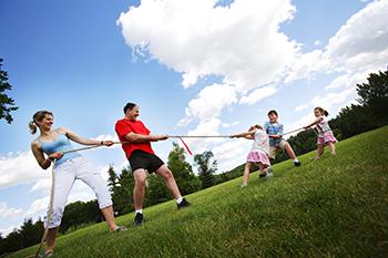 משפחה עושה פעילות גופנית ביחד