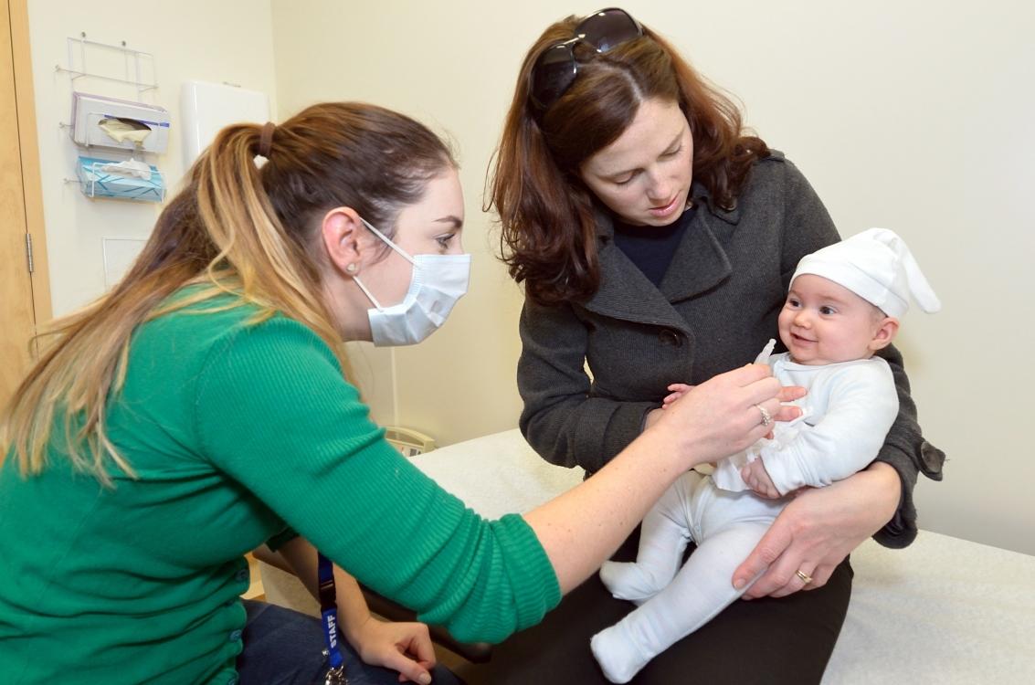 תינוקת מחוסנת כנגד מחלת הפוליו
